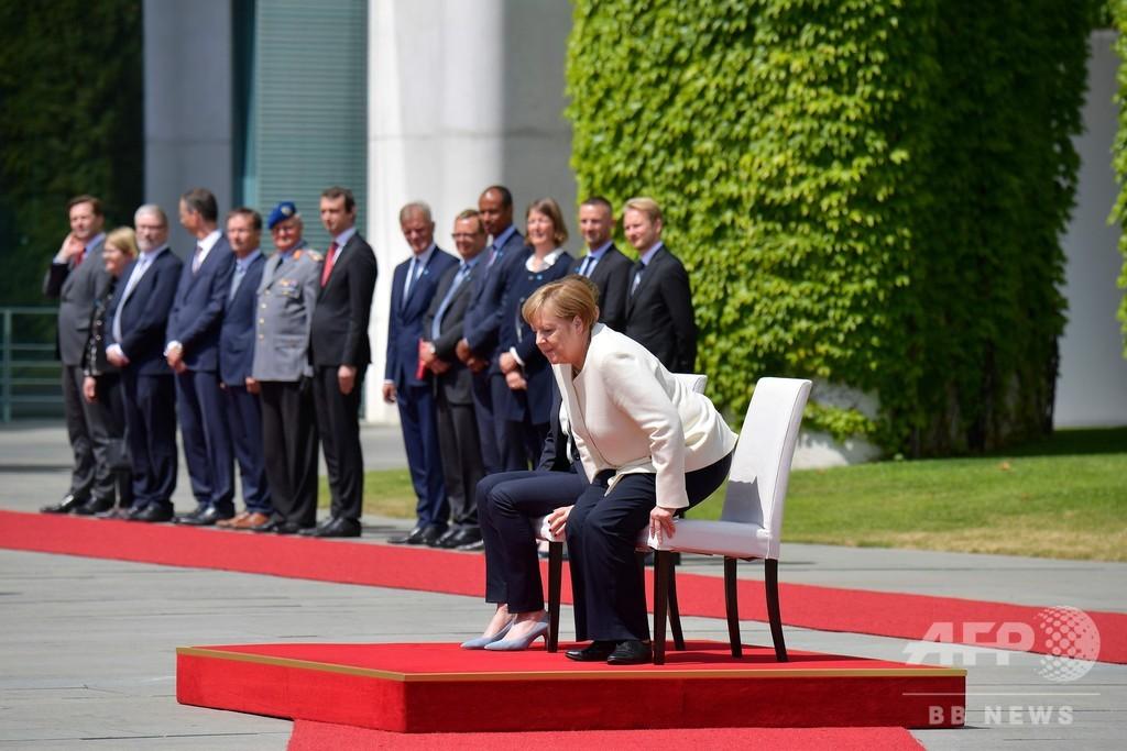 メルケル首相、国歌演奏で異例の着席 震えに考慮か