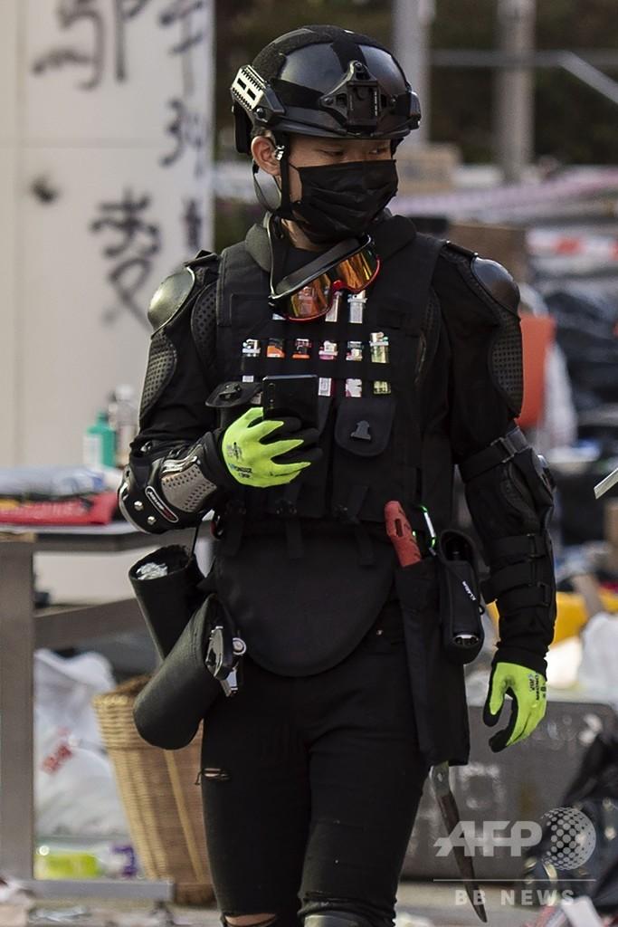地面に「SOS」 香港理工大、強硬派数十人の籠城続く