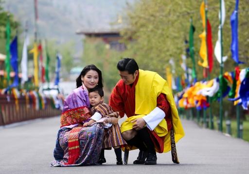 ブータンの王子 国王夫妻と一緒ににっこり