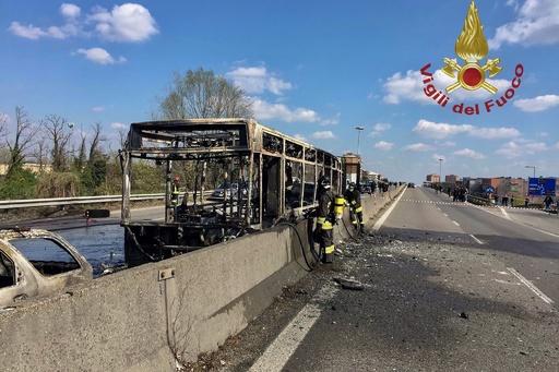 運転手がスクールバスに放火、生徒51人を人質に イタリア
