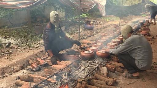 動画:旧正月のコイ料理、ガスマスク装着して調理 ベトナム
