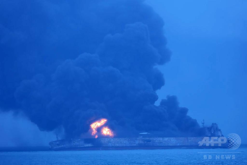 中国沖合でタンカーが貨物船と衝突し炎上、32人行方不明