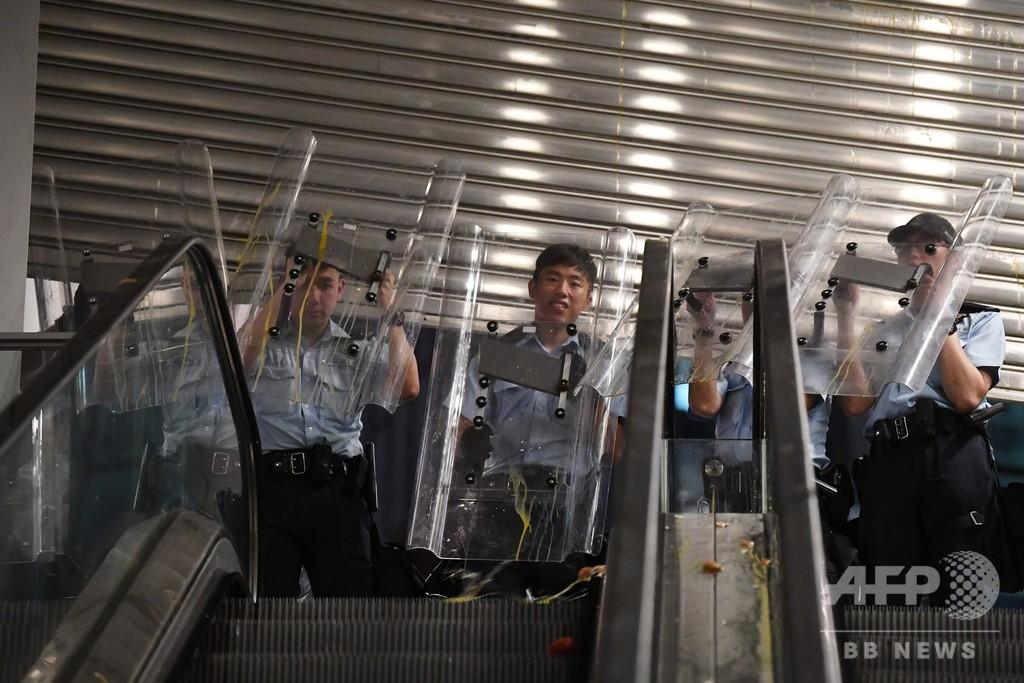 香港警察、本部包囲のデモ参加者らを強く非難 「違法で合理性がない」