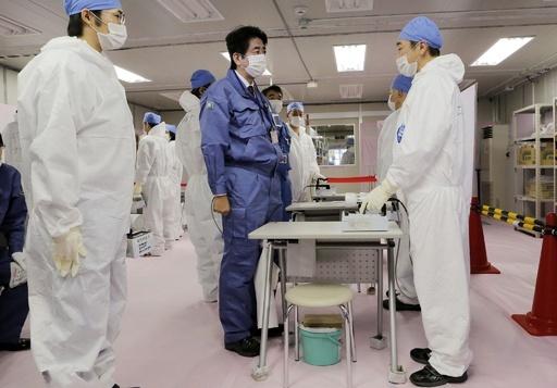 安倍首相が福島第1原発を視察、作業員を激励