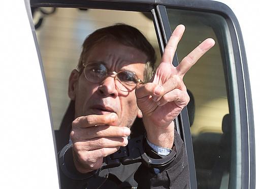 エジプト機ハイジャック容疑者が出廷 記者団にVサイン