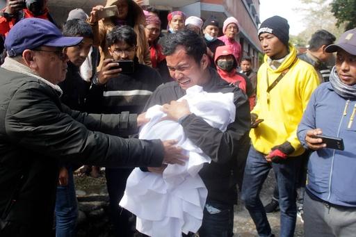 ネパールで元「世界一背が低い男性」の葬儀、享年27歳