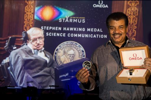 「オメガ」スティーブン・ホーキングらに特別なスピードマスターを贈呈