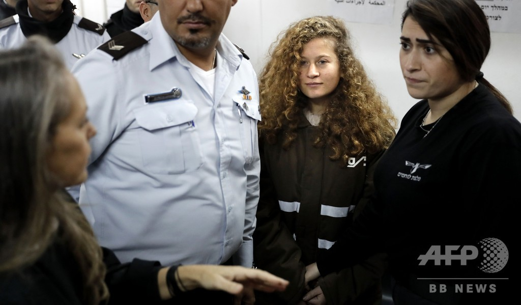 イスラエル兵を平手打ちしたパレスチナ少女、母親と釈放される