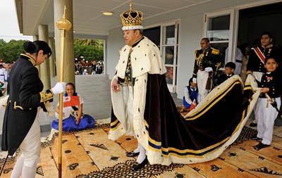 トンガのジョージ・ツポウ5世が死去、63歳 民主化を推進