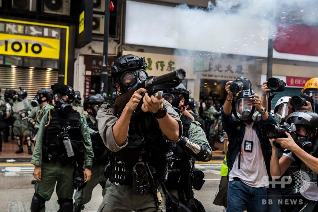 香港、警官隊がデモ隊に催涙弾発射 民主派は国慶節に向けデモ強化