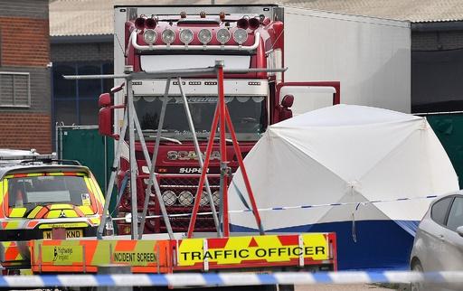 英トラックのコンテナ内に39人の遺体発見、運転手逮捕