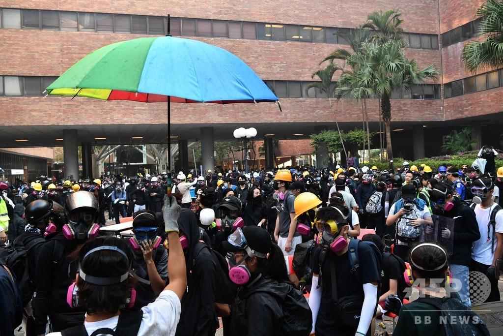 香港警察、包囲した大学から脱出試みるデモ隊員らを相次ぎ拘束