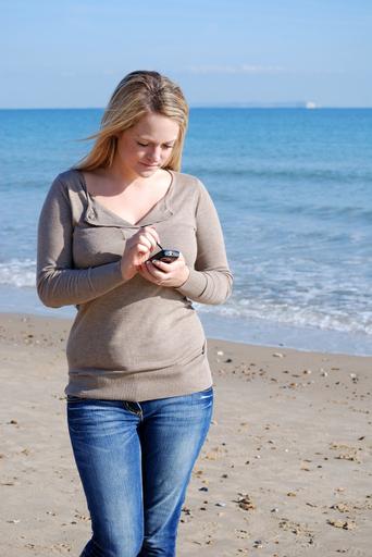 旅行中も携帯電話いじりがやめられない人は多数派 英調査