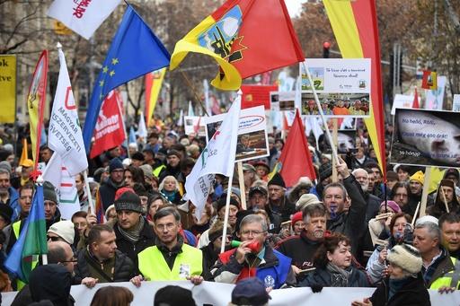 ハンガリー首都で大規模デモ、残業上限引き上げる「奴隷法」に反対