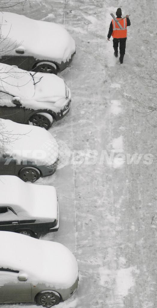 モスクワに突然の大雪、「予報外れ」に市長が激怒