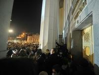 ウクライナ国会前に極右数百人、幹部「射殺」で内相辞任を要求