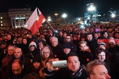 刃物で刺されたポーランド市長が死去 国内に衝撃、数千人が追悼