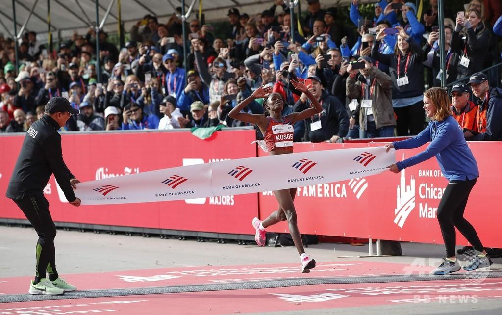 コスゲイが女子世界記録更新、ラドクリフ氏も祝福 シカゴ・マラソン