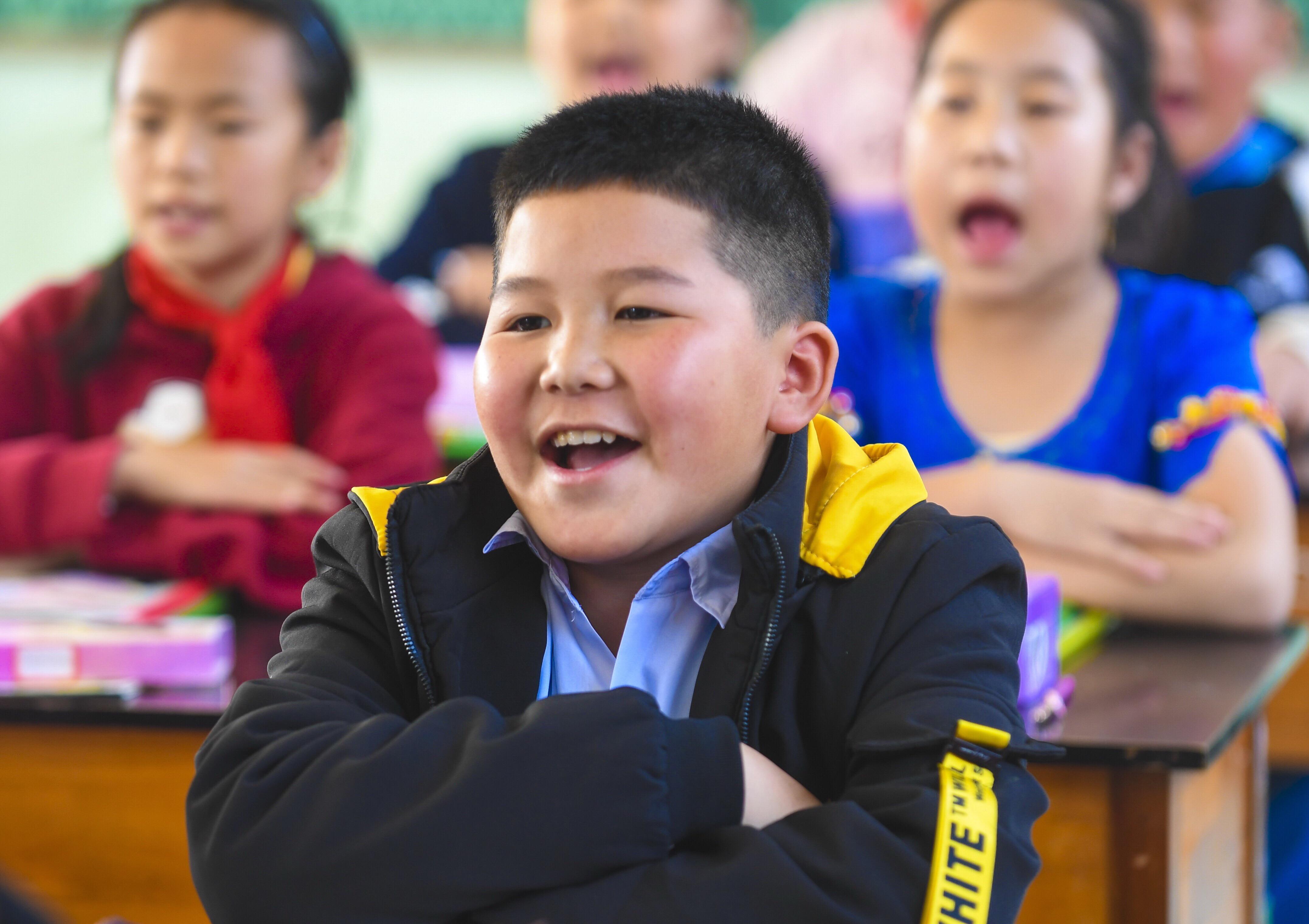 国境線上の村 2つの国の児童が通う小学校 雲南省瑞麗市
