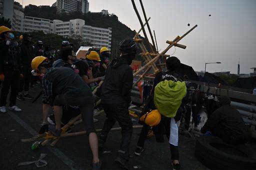 香港デモ隊「遍地開花」で各地に分散 混乱続き58人負傷