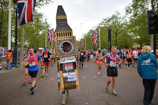 完走できるかな? 仮装ランナーも参加 ロンドン・マラソン
