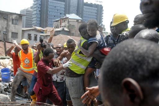 ナイジェリアでビル崩壊、子ども数十人生き埋めか