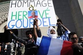 イスラム教徒がパリに集結、イスラム国の蛮行に抗議