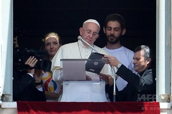 法王、祈りの最中にタブレット端末操作 祭典への登録呼びかけ