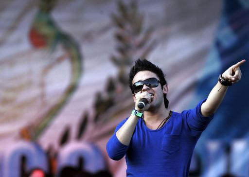 テレビシリーズ「ラテン・アメリカン・アイドル」優勝者カルロス・ペナがパフォーマンスを披露