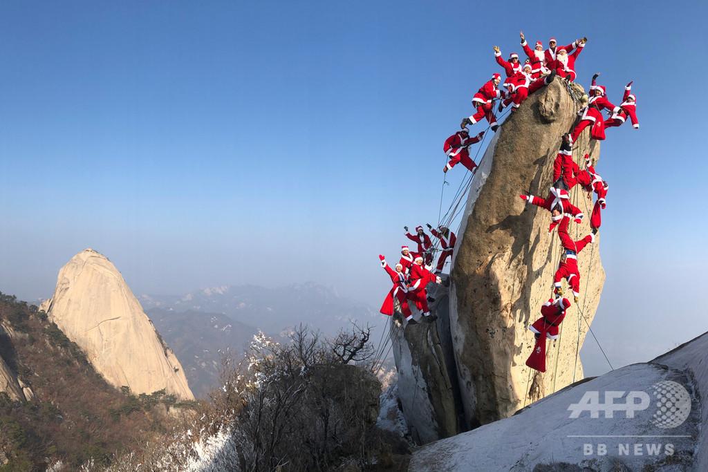 サンタ姿で登山の安全祈願 韓国・北漢山