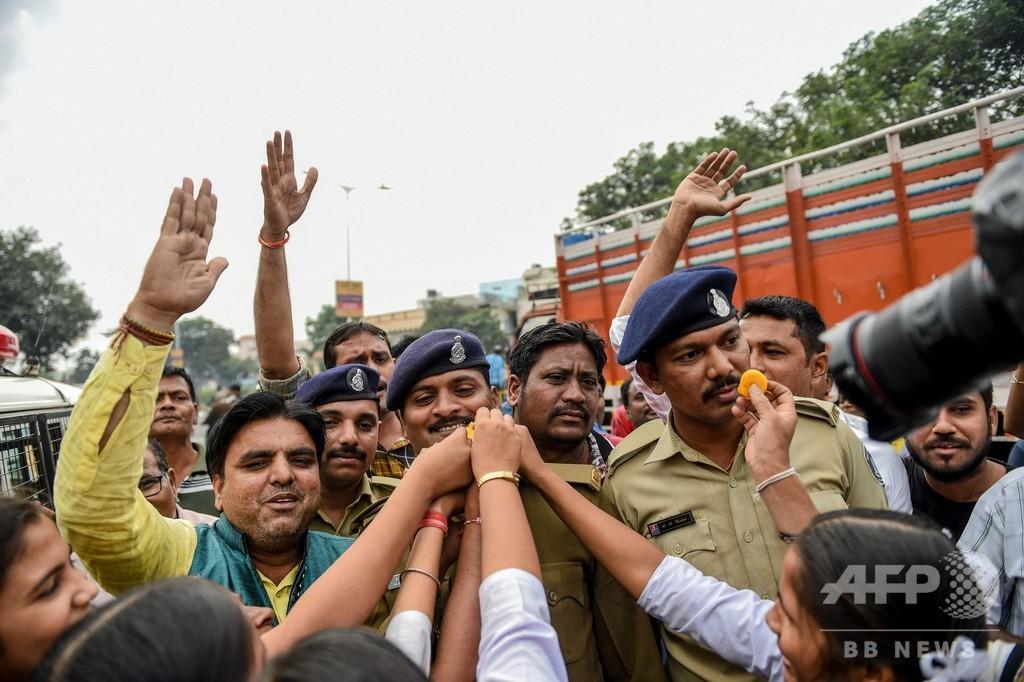 インドの女性獣医師レイプ殺害、警察が容疑者4人を射殺 人々は歓喜