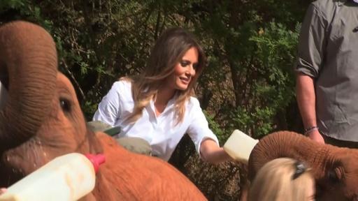 動画:アフリカ歴訪中のメラニア夫人、赤ちゃんゾウと触れ合い