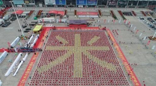 人が一斉に米を食べるギネス世界記録達成 「米」の人文字作りながら 黒竜江省