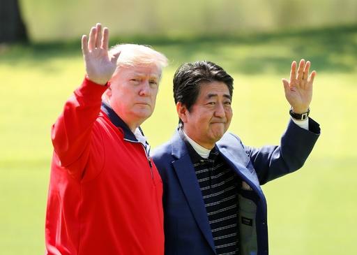トランプ大統領、晴れ渡った空の下 安倍首相とゴルフ