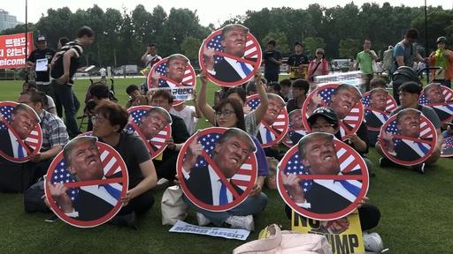 動画:訪韓のトランプ大統領、南北隔てる非武装地帯へ ソウルでは抗議デモも
