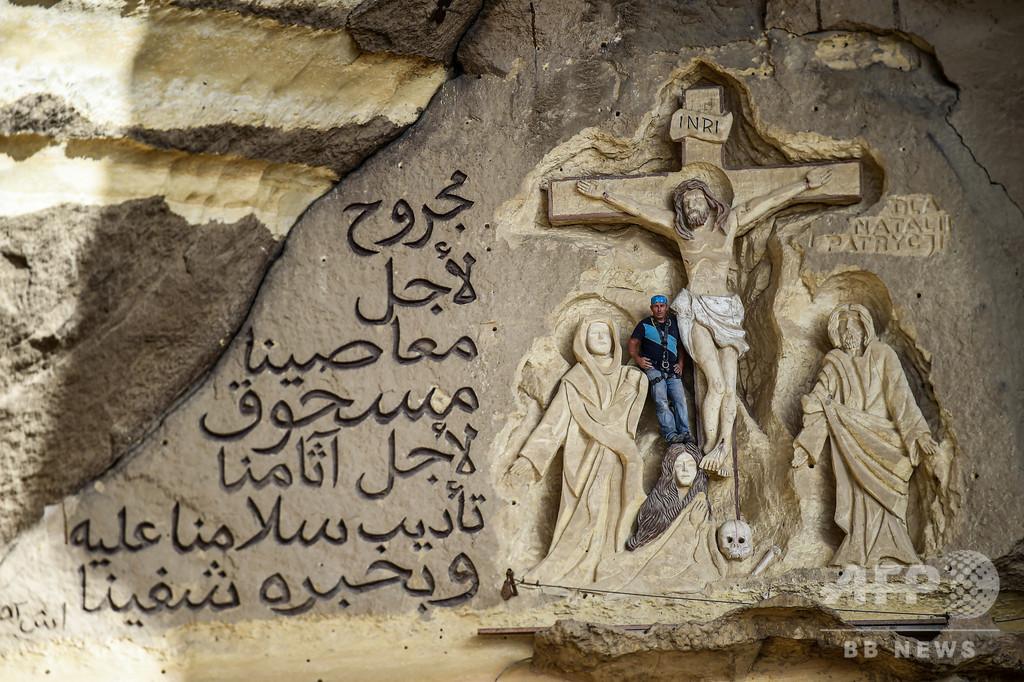 エジプトの洞窟教会を「屋外聖書」に、使命に生きるポーランド人彫刻家
