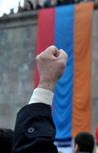 アルメニアで野党支持者1万人がデモ、3年前の死者追悼し