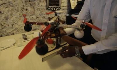 無人機がピザのテスト宅配、インド・ムンバイ