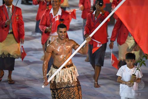 リオ開会式に上半身裸で登場したトンガ旗手、冬季五輪挑戦へ