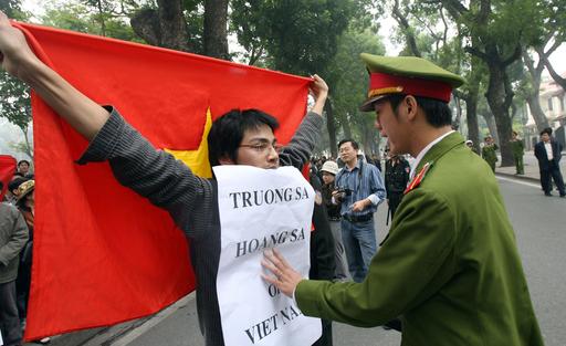 ベトナムの中国大使館前でデモ 南沙・西沙諸島領有問題