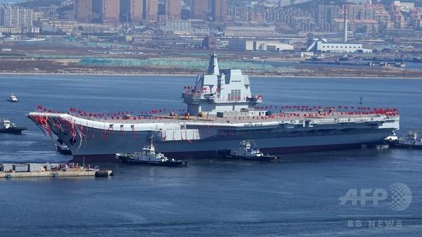 中国初の国産空母、大連で進水 海軍力誇示へ