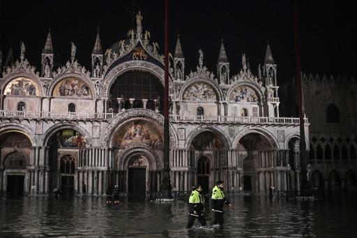 水の都ベネチアで記録的な高潮、サンマルコ大聖堂も浸水被害