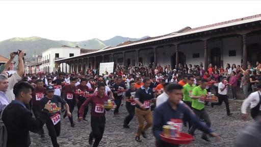 動画:ウエーターたちのレース、お盆にドリンクのせて激走 グアテマラ