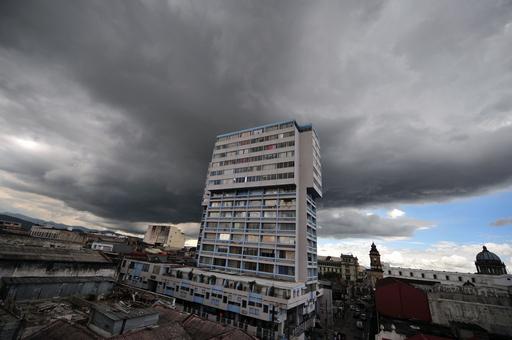 グアテマラ市の上空に現れた大きな嵐雲