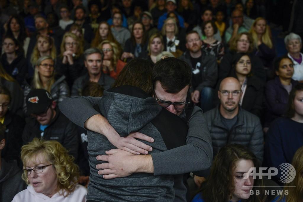 米デンバーの学校銃乱射、男子生徒が犯人に立ち向かい犠牲に