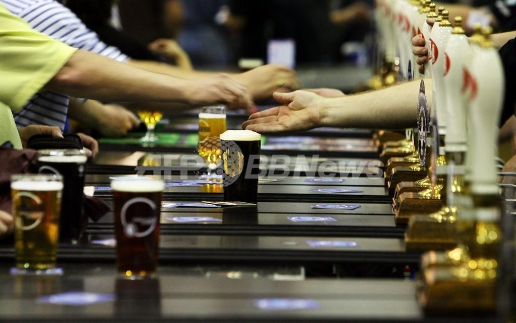 「ビールを飲めば…」、英ユーモアポスターに使用禁止令