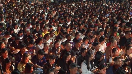 動画:タイ銃乱射事件の犠牲者29人を追悼、夜通しの集会に数百人
