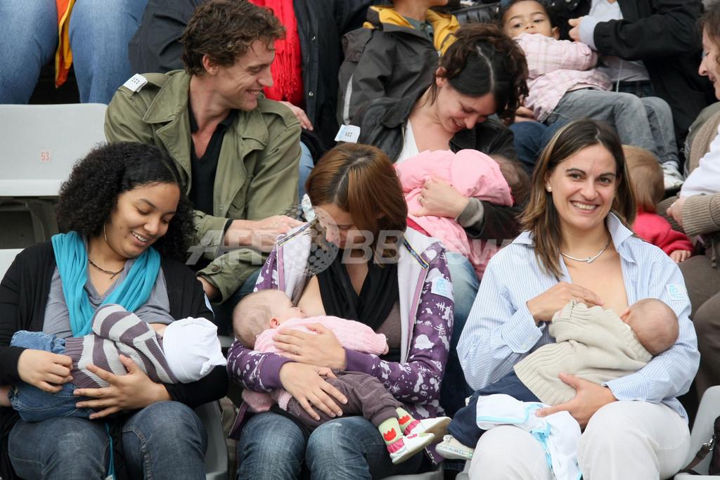 仏のママがスタジアムで一斉授乳、母乳育児推進イベントで