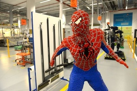 スパイダーマンが登場!チェコの「レゴ」工場