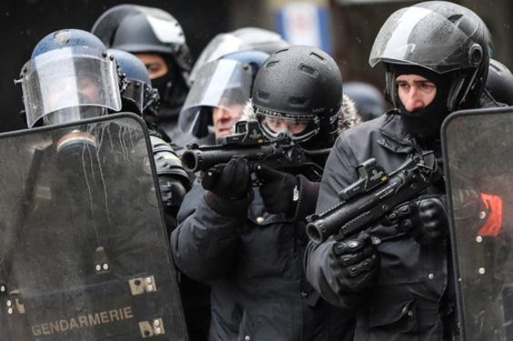 仏、黄ベスト抗議へのゴム弾使用に批判 失明や脳卒中も